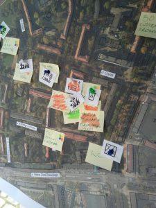 Punkt konsultacyjny w Tychach - fragment mapy Osiedla C z przypiętymi do niej karteczkami, na której mieszkańcy wpisali różne hasła dotyczące zagospodarowania przestrzeni